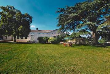 17th Century château set in 100 acres - ideal business -