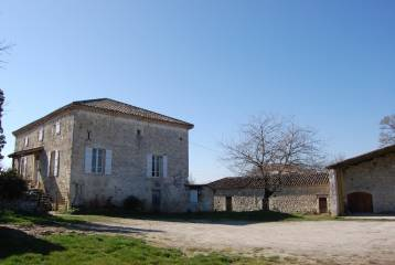 Old stone farmstead with outbuildings - nice views -