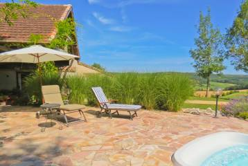 Lovely renovated cottage with pool -near town-