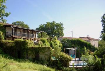 Country property with main house and 10-bed rental accommodation